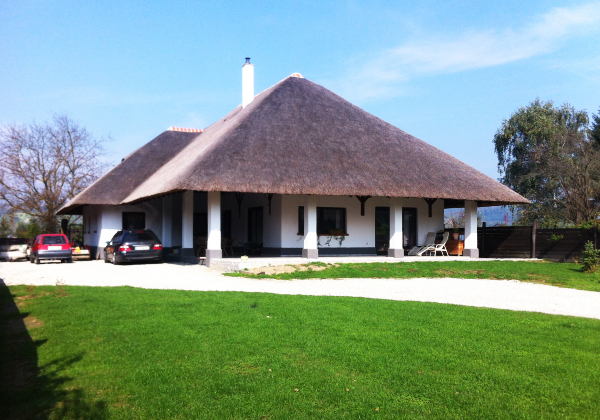 Thatched roof with guarantee